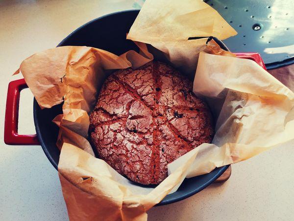 chleb bez zagniatania przygotowany w garnku żeliwnym