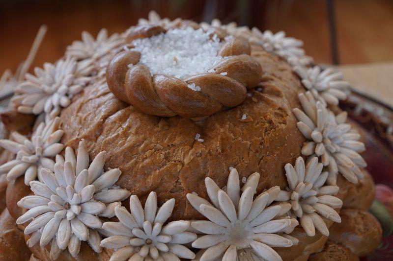 historia i tradycje związane z chlebem - państwa młodych wita się chlebem i solą