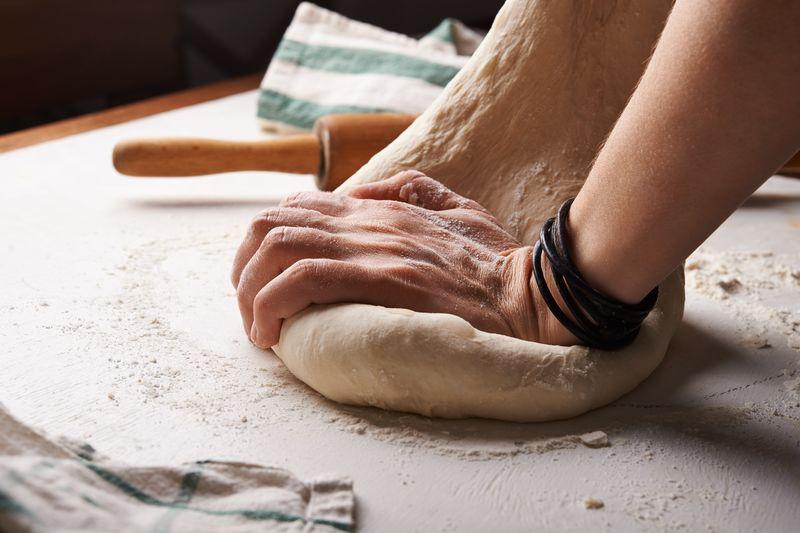 historia i tradycje związane z chlebem - wyrabianie ciasta